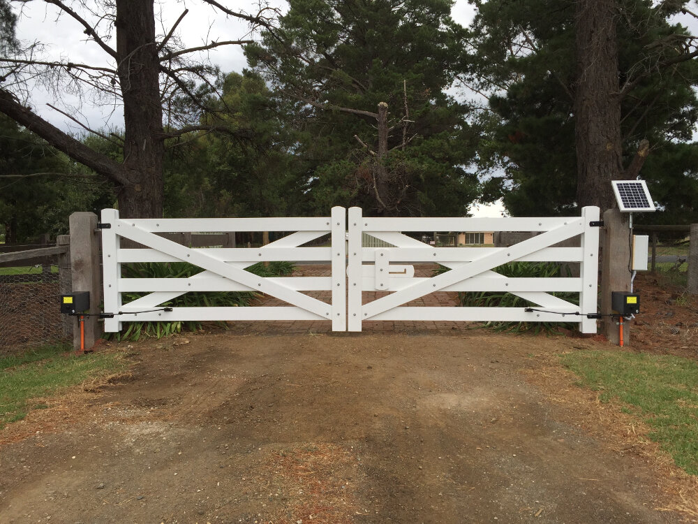 Wooden gates victoria farm tudor country driveway for Ready made driveway gates