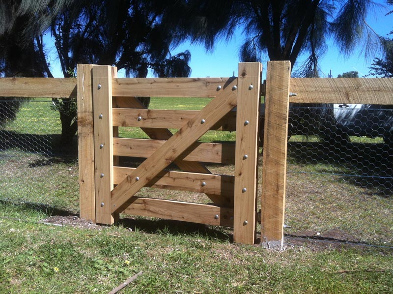 Wooden gates victoria farm tudor country driveway for Single wooden driveway gates